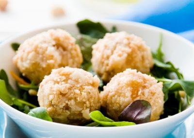 Chèvrebollar med macadamianötter